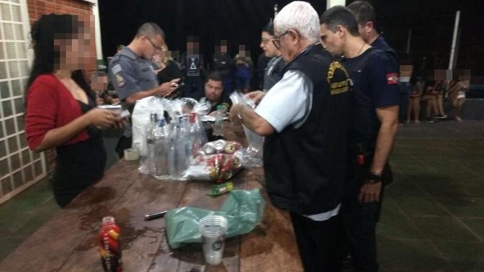 Agentes da Vara da Infância, guardas municipais e policiais militares apreendem as bebidas encontradas na festa (Foto: Divulgação/Vara da Infância e Juventude)
