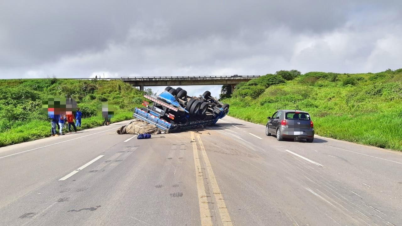 Motorista fica ferido após caminhão com carga de alpiste capotar na BR-424, em Garanhuns