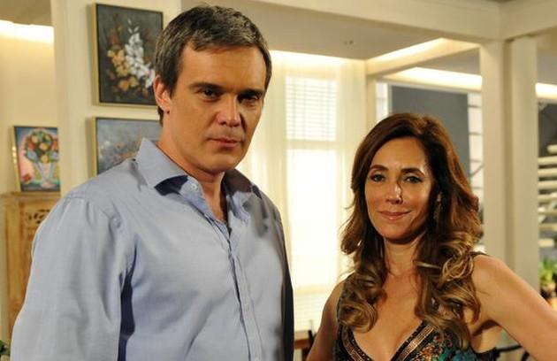 Já Tereza Cristina tem uma vida cheia de luxos ao lado do marido, René (Dalton Vigh), para quem ela deu um restaurante, e dos filhos, Patrícia (Adriana Birolli) e René Junior (David Lucas) (Foto: TV Globo)