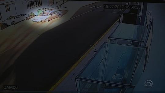 Polícia procura motorista que atropelou mulher com bebê no colo em Santiago; vídeo
