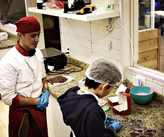 Aula para criar o próprio bombom na Sabor Chocolate (Foto: Malu Echeverria)