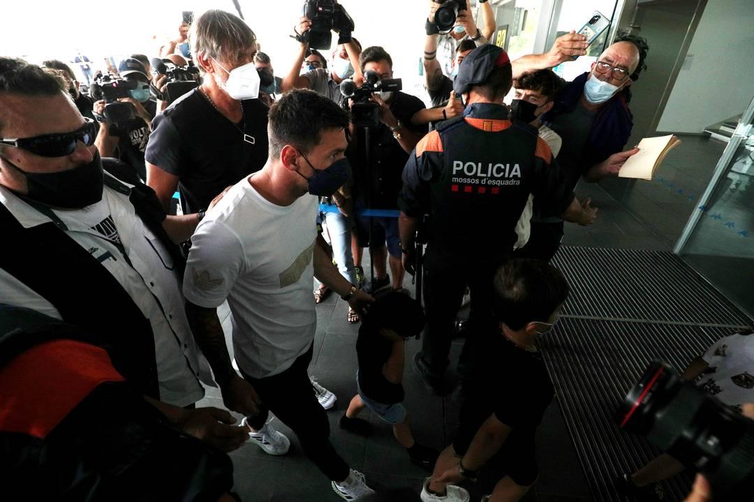 Messi foi cercado pela imprensa no aeroporto