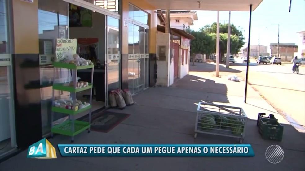 Prateleira fica na frente de mercado  (Foto: Reprodução/TV Bahia)