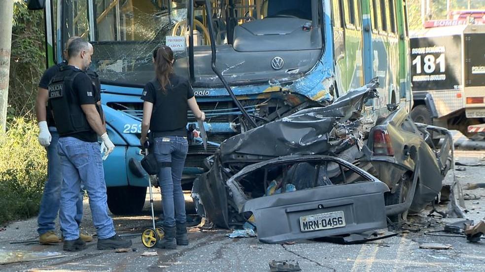 Veículo ficou totalmente destruído após acidente na rodovia José Sette, em Cariacica (Foto: Ari Melo/ TV Gazeta)