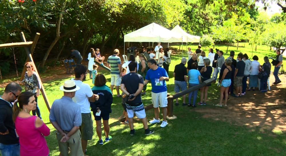 Campanha em Sousas, distrito de Campinas, atraiu fila de moradores para a vacinação (Foto: Reprodução EPTV)