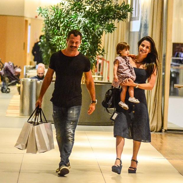 Malvino Salvador e Kyra Gracie com a filha, Ayra (Foto: Webert Belicio / AgNews )