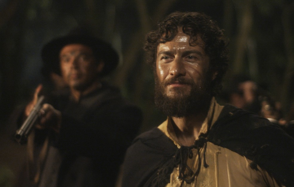 Thomas (Gabriel Braga Nunes) chega de surpresa ao local onde naufragou o galeão e faz ameaças, em 'Novo Mundo' — Foto: TV Globo