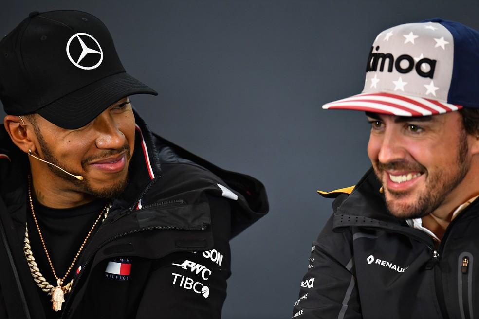 Hamilton e Alonso em entrevista antes do GP dos EUA — Foto: Getty Images