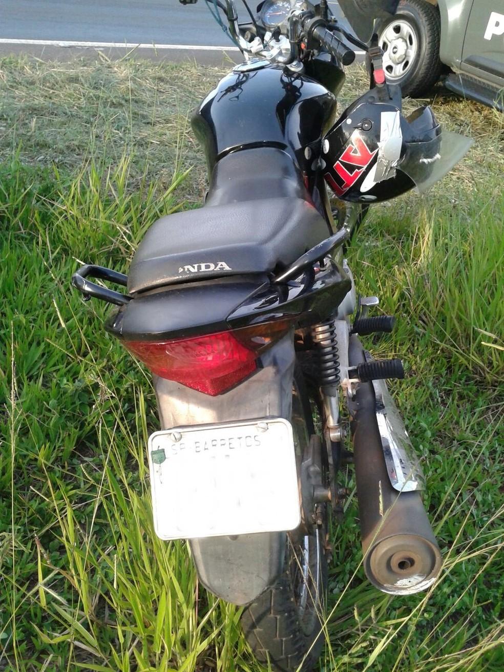 Suspeitos estavam em uma moto com placas de Barretos (Foto: Divulgação / Polícia Militar)