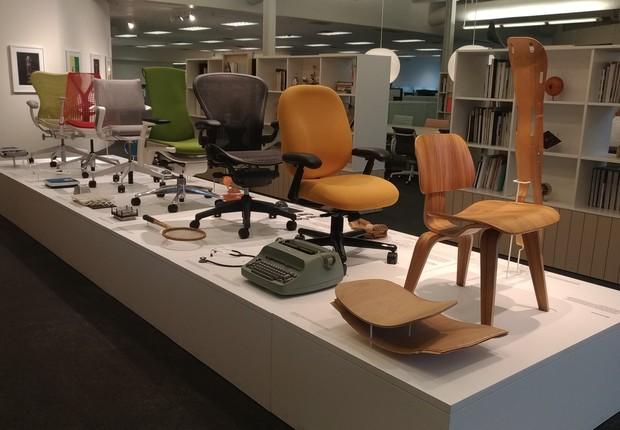 Época NEGÓCIOS visitou a sede do escritório da Herman Miller, em Michigan (EUA). Na foto, a linha de cadeiras históricas da empresa. A primeira grande inovação veio em 1946, com a cadeira criada pelo casal de designers Eames (Foto: Barbara Bigarelli)