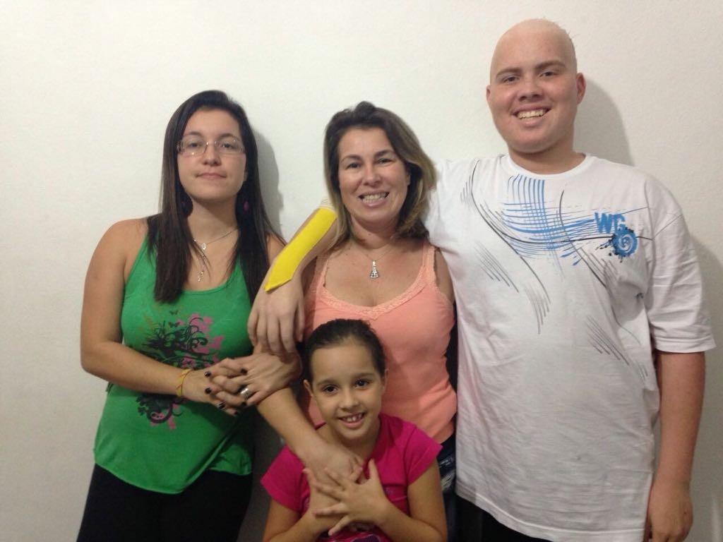 José Guilherme com a mãe e as irmãs (Foto: Acervo pessoal)