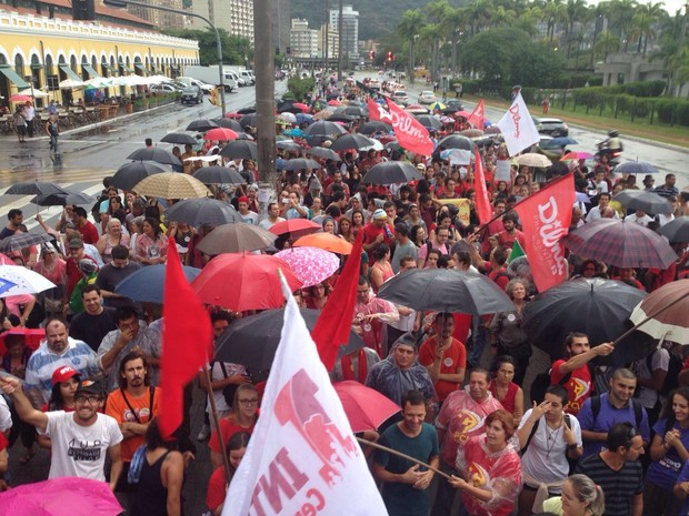 Manifestantes fazem ato contra impeachment de Dilma na Capital catarinense (Foto: Pedro Rockenbach/RBS TV)