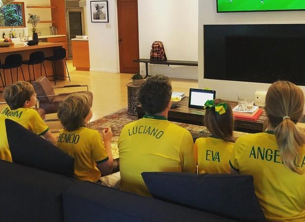 Luciano Huck: jogo com Angélica e os três filhos (Foto: Reprodução Instagram)