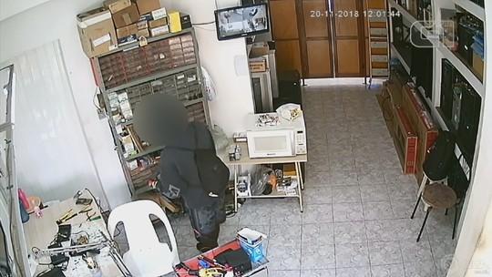 Câmera de segurança flagra adolescente furtando loja com arma de brinquedo em Boituva; vídeo