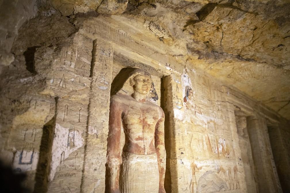 Esculturas em relevo são exibidas no sítio arqueológico de Saqqara, no Egito — Foto: Mahmoud Khaled/AP