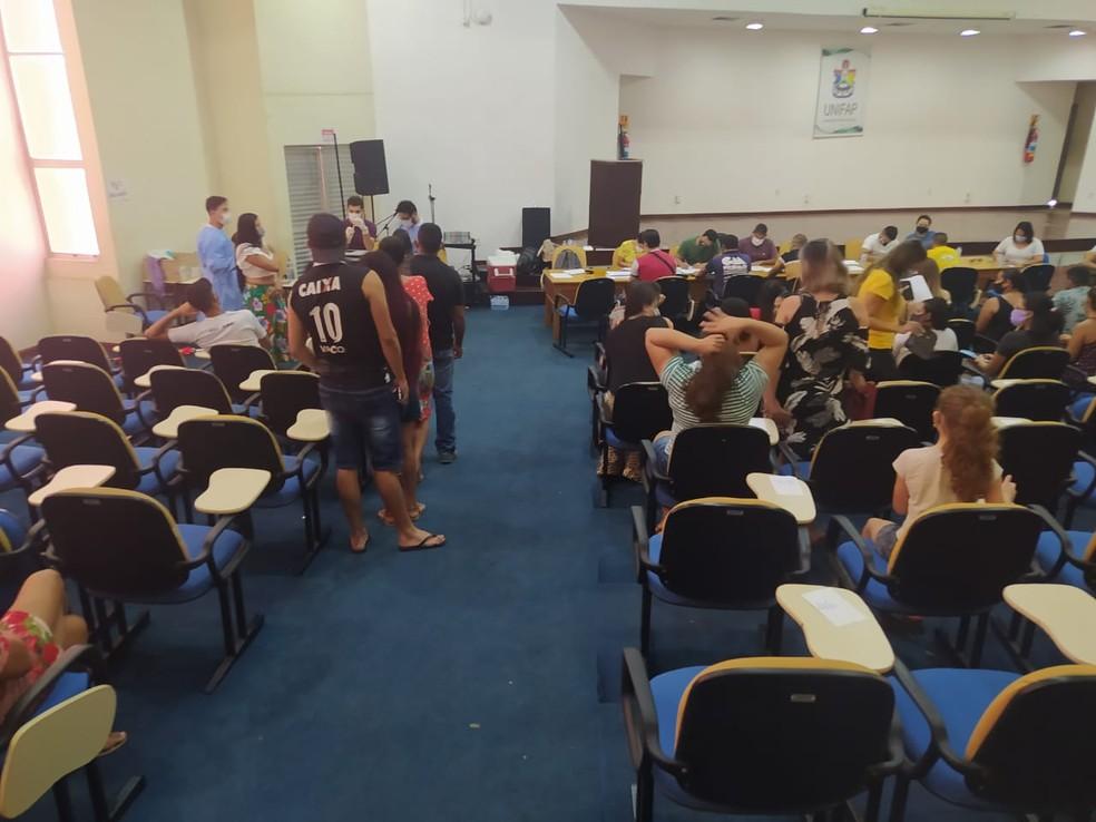 No posto dentro da Unifap foi necessário chamar profissionais de outras pastas do município para reforçar a imunização — Foto: Núbia Pacheco/G1