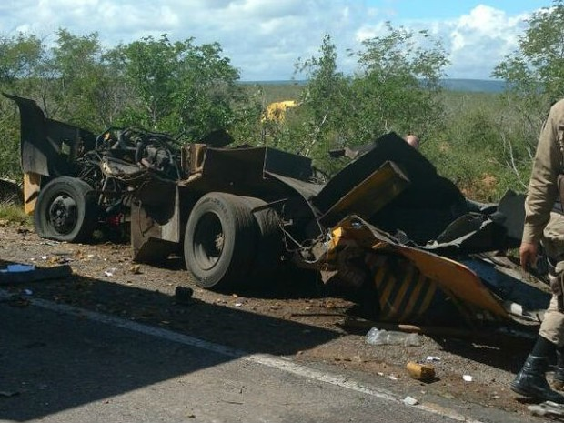 Carro-forte explodido na BR-116 (Foto: Site Noticia Livre)