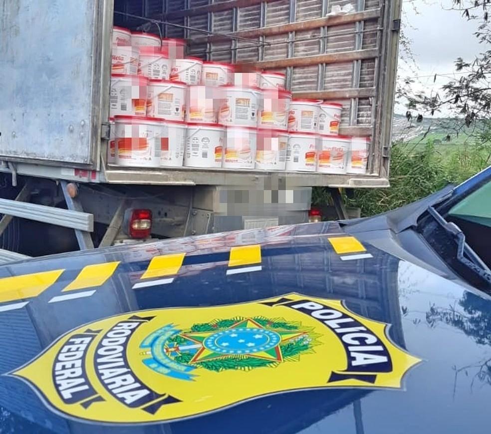 Carga de margarina sem nota fiscal foi apreendida em Garanhuns — Foto: PRF/Divulgação