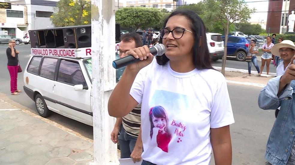 Lúcia Mota e amigos protestam na frente da Câmara de Vereadores de Petrolina — Foto: Reprodução/ TV Grande Rio