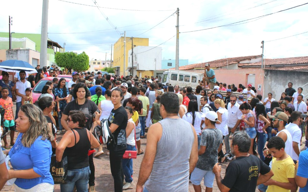 Moradores fizeram um protesto nesta quarta pedindo paz (Foto: FTS Notícias Sudoeste)