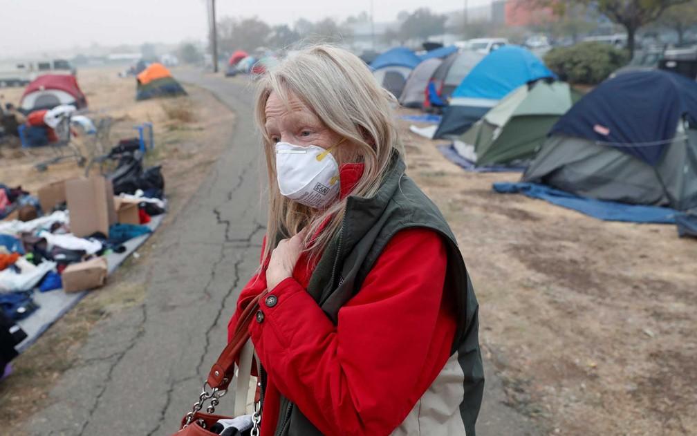 Bridgett Hogan, de 57 anos, usa máscara contra a poluição provocada pelos incêndios na Califórnia — Foto: Terray Sylvester / Reuters