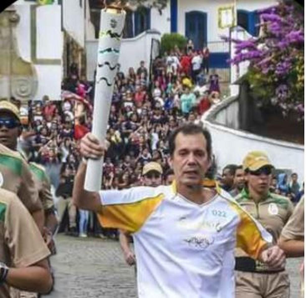 Luiz Gomes carregando a tocha em Ouro Preto, em maio de 2016 — Foto: Luiz Gomes/Arquivo pessoal