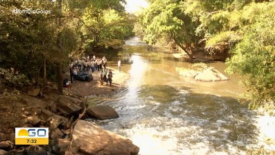 Turma de estudantes recolhe lixo de rio em Anápolis