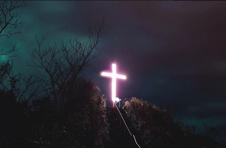 Morro da Cruz, em Nova Friburgo, RJ, tem iluminação especial pelo Outubro Rosa - Radio Evangelho Gospel