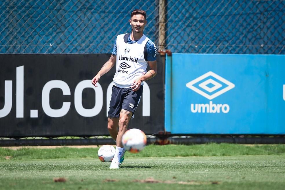 Diogo Barbosa em treino do Grêmio — Foto: Lucas Uebel/DVG/Grêmio