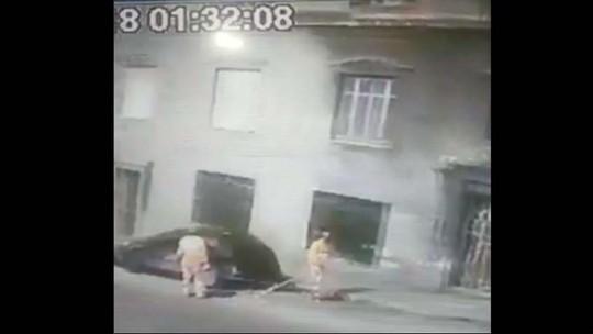 Câmera registra homens pintando a fachada de convento tombado em SP