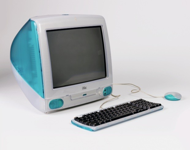 iMac Computer With Keyboard And Mouse, 1999; Designed by Apple Industrial Design Team and Jonathan Ive; China; molded plastic, rubber, glass, metal, electronic components; H x W x D (a: computer/monitor): 38 x 38.5 x 42.5 cm (14 15/16 x 15 3/16 x 16 3/4 i (Foto: Ellen McDermott © Smithsonian Institution)