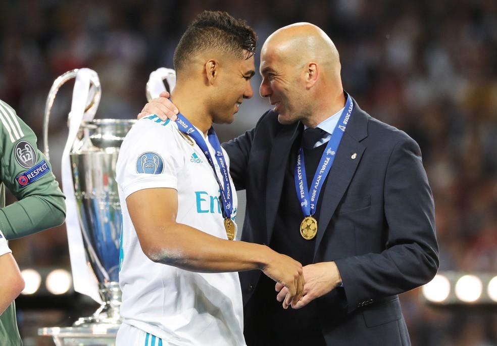 Casemiro recebe o abraço de Zidane após o tri da Liga dos Campeões (Foto: Armando Babani/EFE)