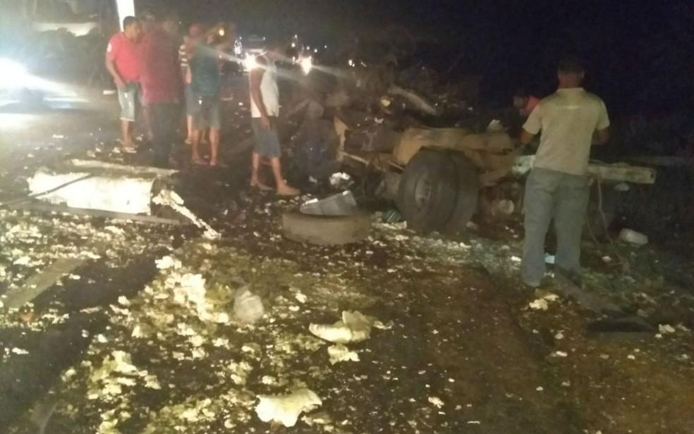 Carro forte ficou completamente destruído após explosão (Foto: Divulgação/Polícia Rodoviária Federal)