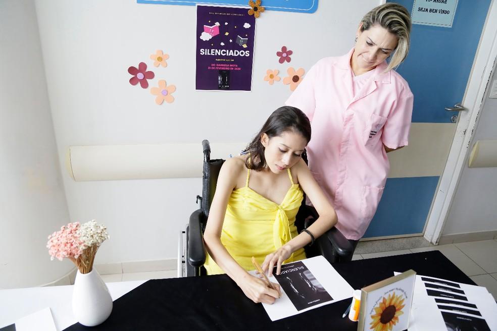 Paciente Gabriela Mota lança livro no Hospital de Base — Foto: Davidyson Damasceno/IGESDF