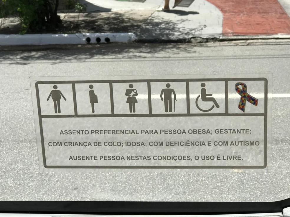 Frota de ônibus da capital inclui símbolo do autismo na indicação de assentos preferenciais — Foto: Renata Bitar