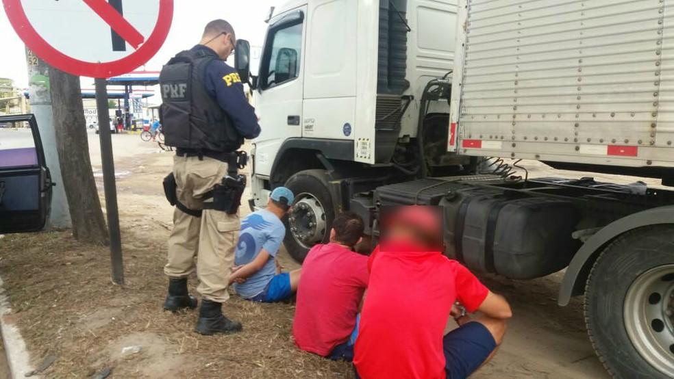 Três presos na BR-101, em Campos (Foto: Polícia Rodoviária Federal/Divulgação)