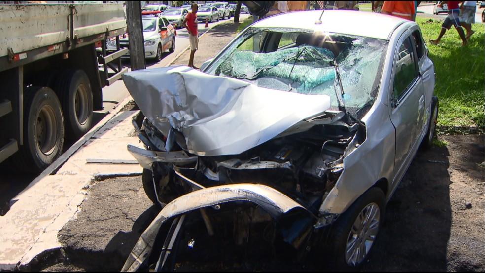 Frente do carro ficou destruída pelo impacto da batida (Foto: Reprodução/TV Bahia)