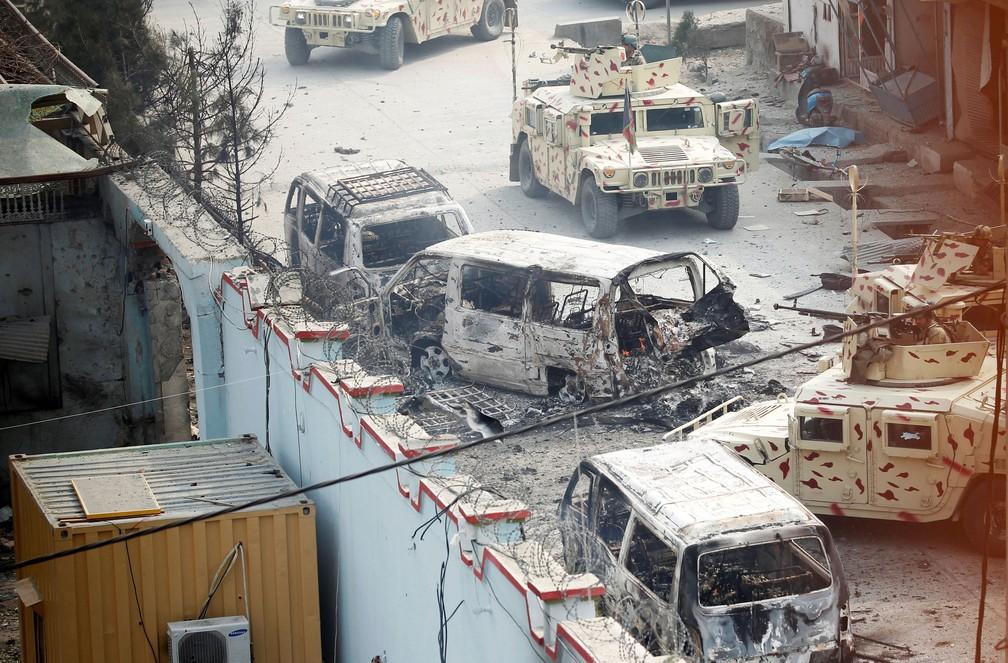 Veículos queimados e atingidos por troca de tiros em Jalalabad, no Afeganistão, nesta quarta-feira (23)  (Foto: Parwiz/ Reuters)