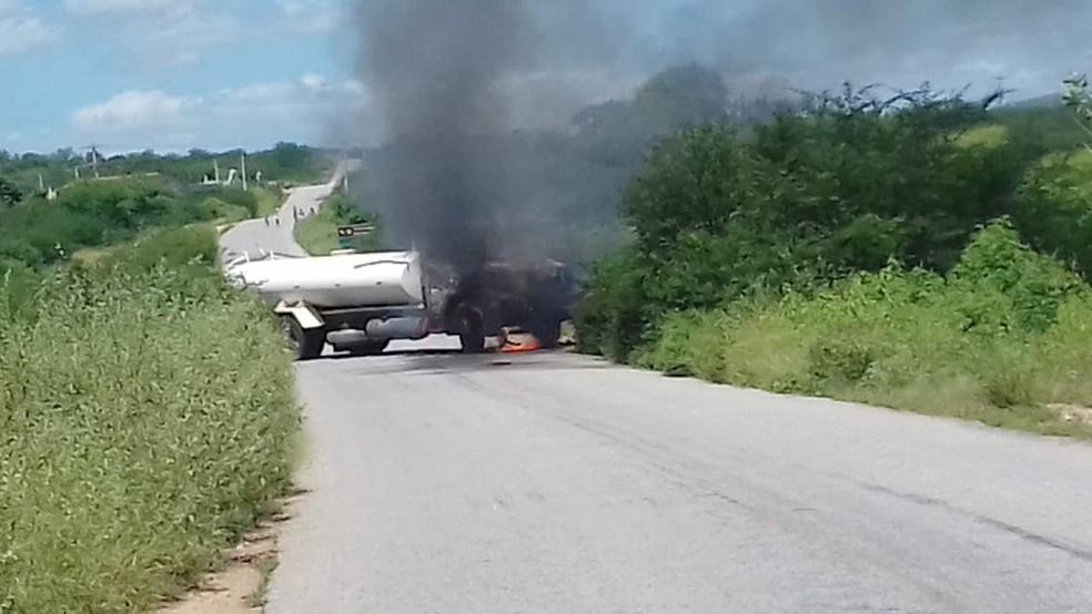 Caminhão-pipa foi incendiado na RN-084 — Foto: Wellington Santos
