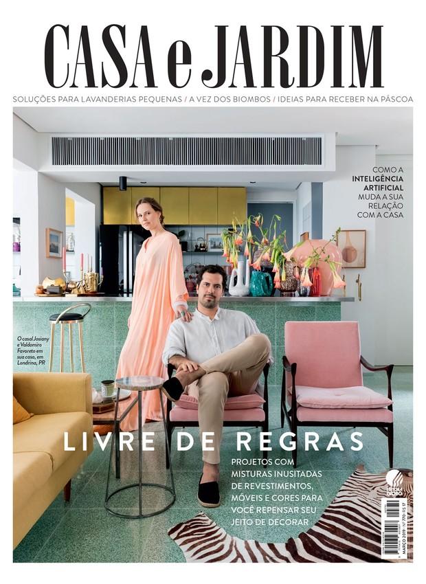 O casal Josiany e Valdomiro Favoreto na sala de seu apartamento, em Londrina, no Paraná (Foto: Lufe Gomes / Editora Globo)