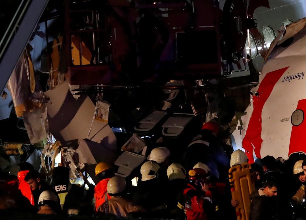 Avião da Pegasus Airlines se acidentou na Turquia — Foto: Reuters/Murad Sezer