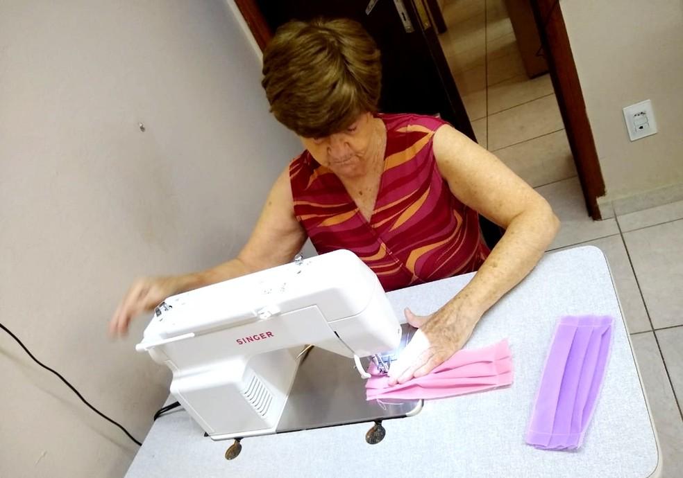"""Costureira desde os 12 anos, Maria Ruiz Vertuan, morreu aos 72 anos: """"Não deu tempo de tomar a vacina"""", diz filho  — Foto: Yasmin Carmona Vertuan/Arquivo pessoal"""