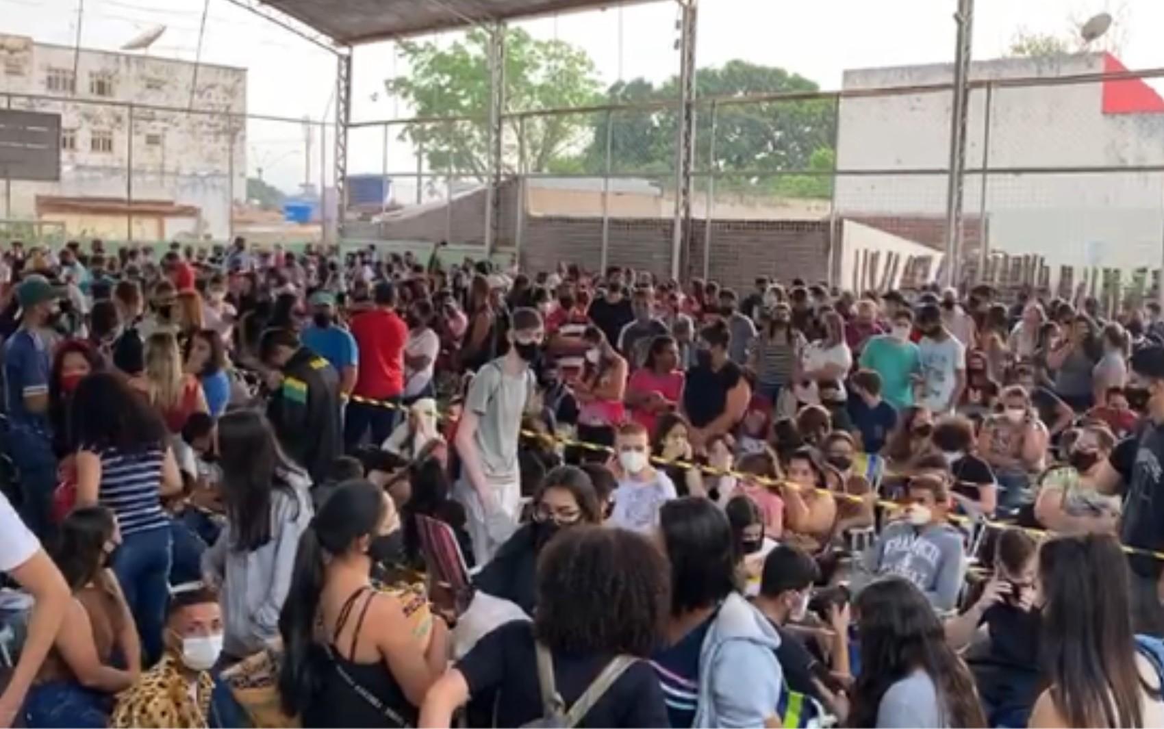 Vacinação contra a Covid tem aglomeração de centenas de adolescentes em ginásio de Itumbiara; vídeo