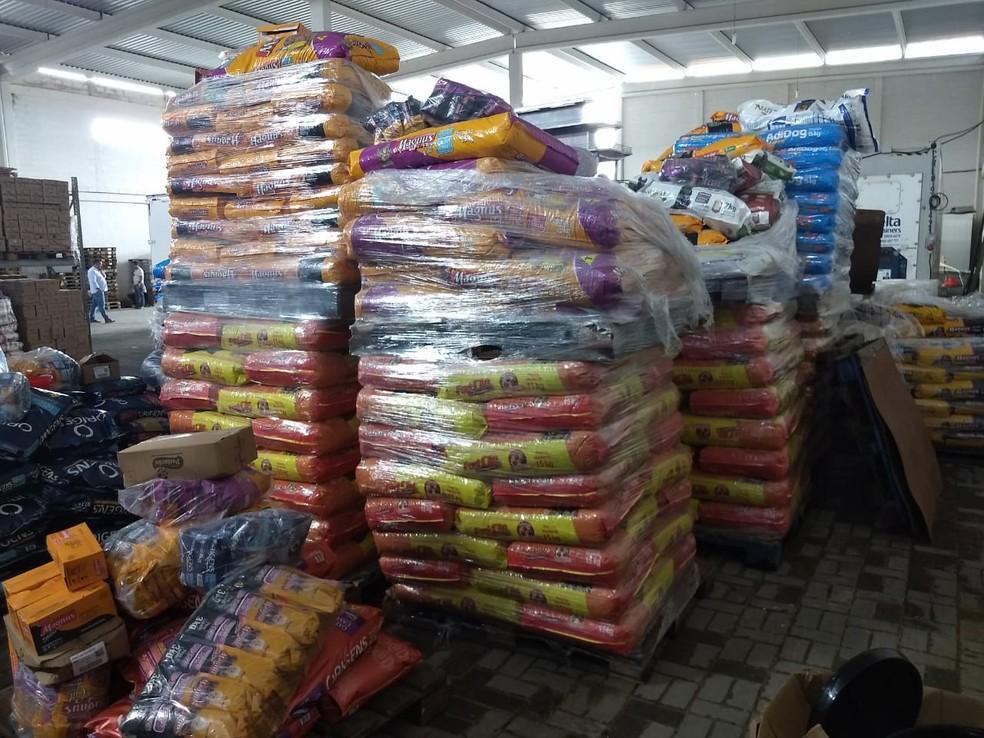 Vários tipos de produtos, como ração para animais e alimentos, foram encontrados no galpão descoberto pela polícia, no Recife — Foto: Polícia Civil/Divulgação
