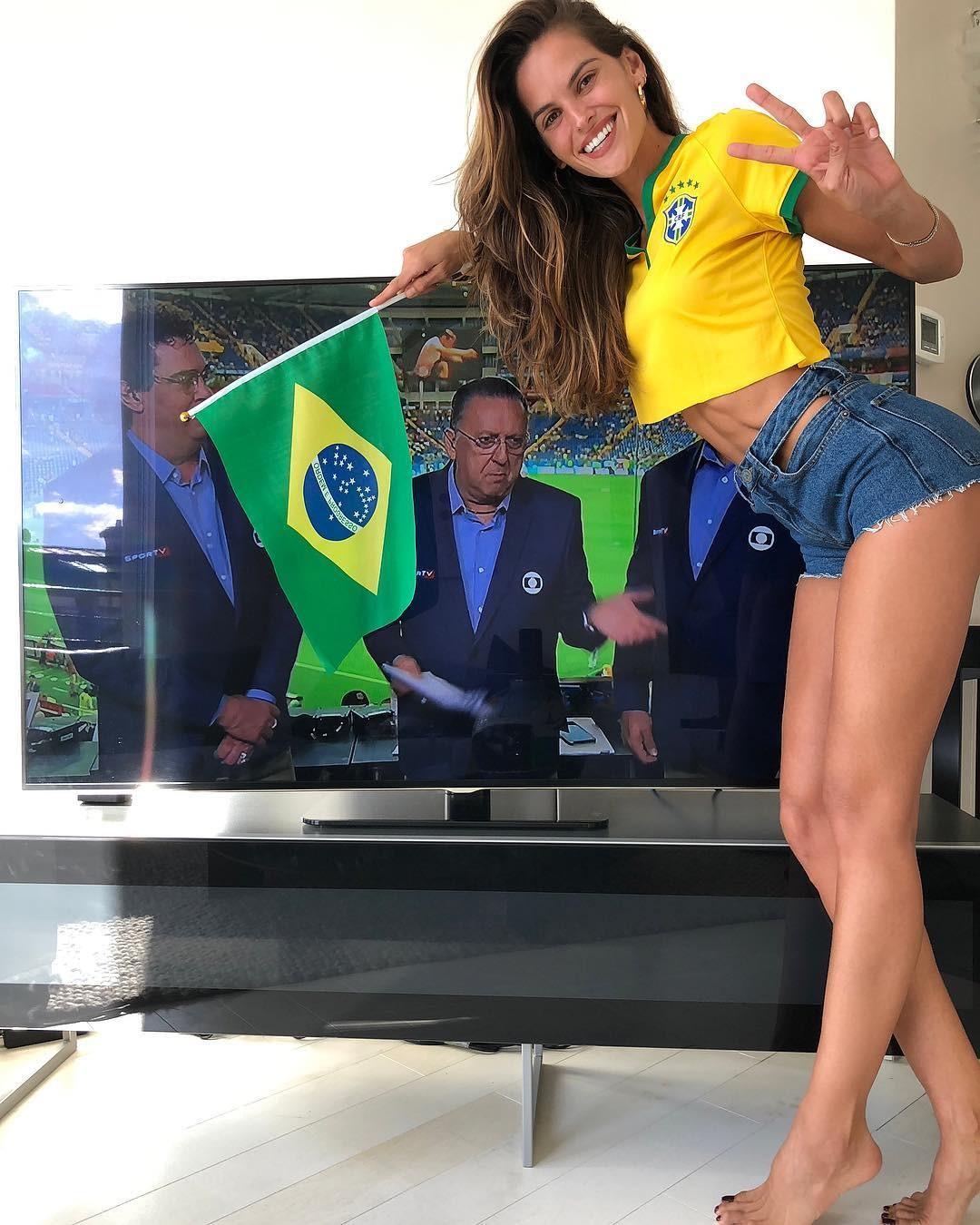 Izabel Goulart, noiva de Kevin Trapp - goleiro da Alemanha - mostra que o coração futebolista é da seleção brasileira (Foto: Reprodução/Instagram)