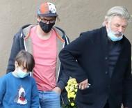 Alec Baldwin, viúvo e filho de Halyna Hutchins são vistos juntos