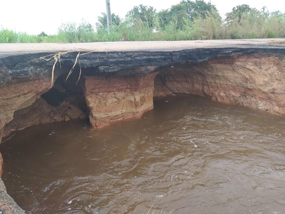 Erosão consome a BR-222, que corre risco de partir. Rodovia já está interditada. — Foto: Divulgação/PRF