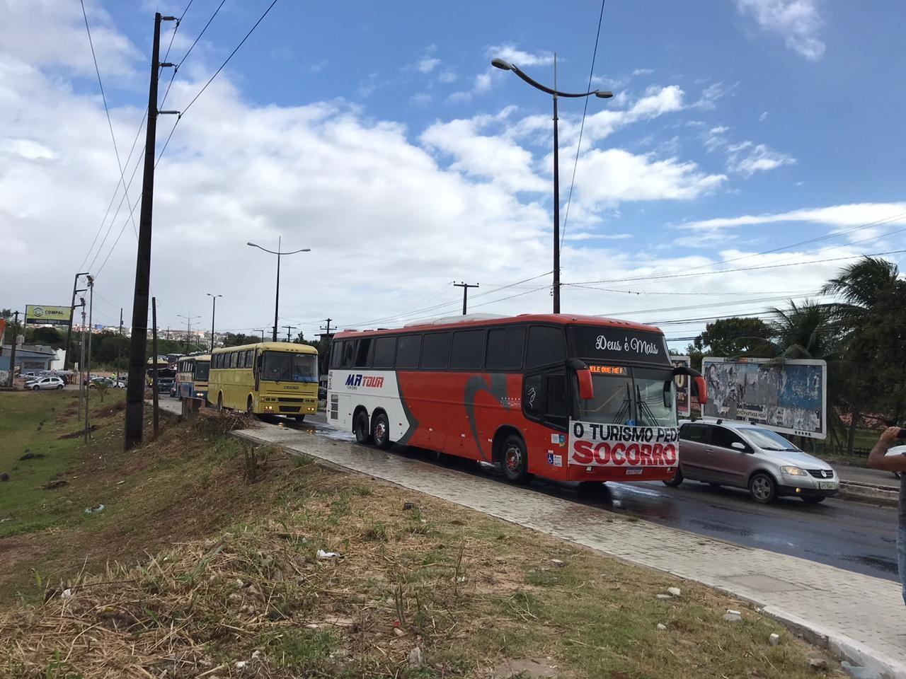 Motoristas de ônibus fretados e de turismo fazem manifestação em Natal por isenção de taxas do DER durante pandemia
