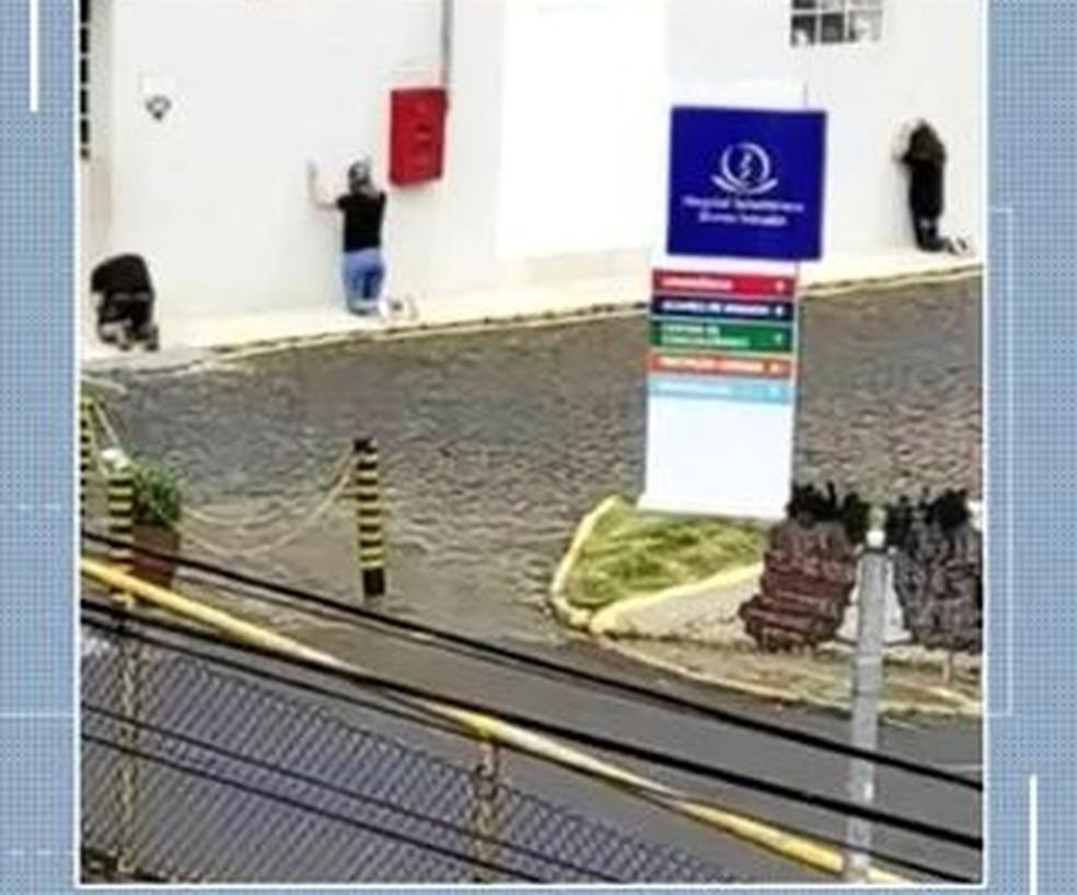 Parentes de pacientes com Covid-19 internados em SC fazem oração em frente aos hospitais — Foto: NSC TV/Reprodução