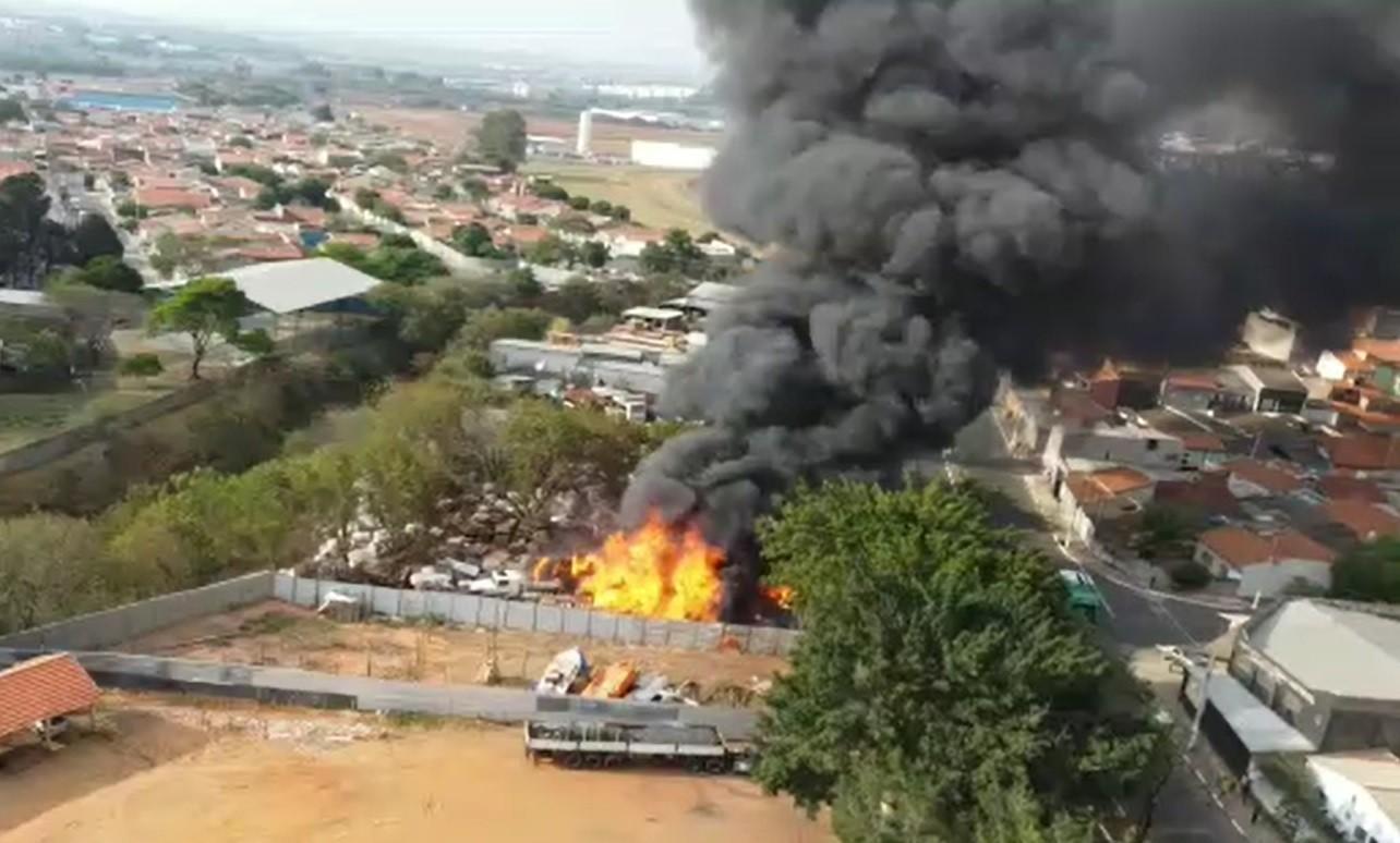 Incêndio atinge depósito de recicláveis em Hortolândia
